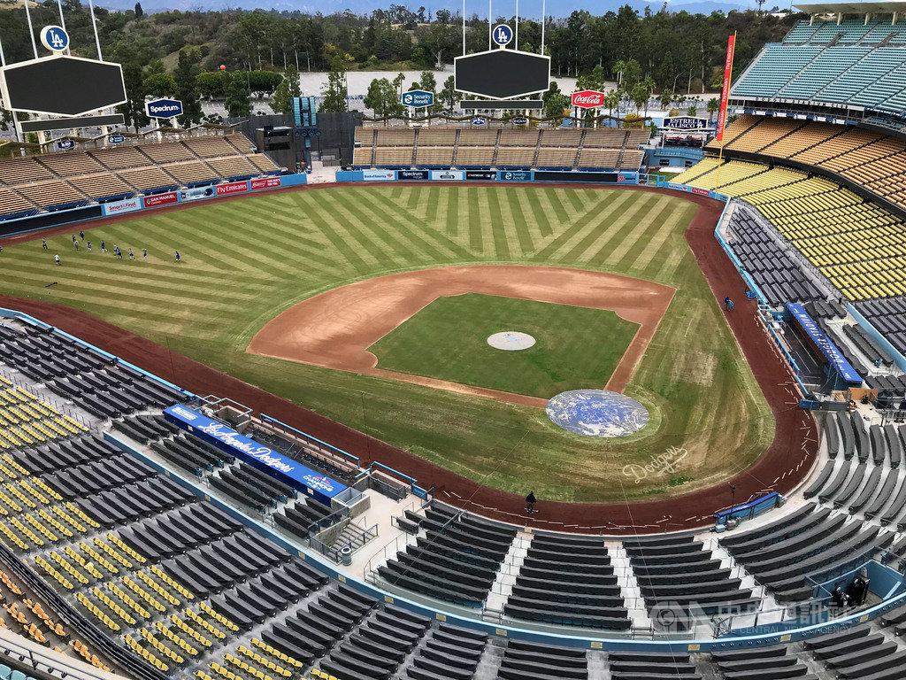 美國職棒大聯盟(MLB)7月23日起關門比賽,洛杉磯道奇隊提供服務,讓球迷上傳照片做成人形看板放在球場內,本壘後方最顯眼的位置,售價299美元(約新台幣8900元)。照片為道奇隊球場,攝於2019年。中央社記者林宏翰洛杉磯攝  109年7月15日