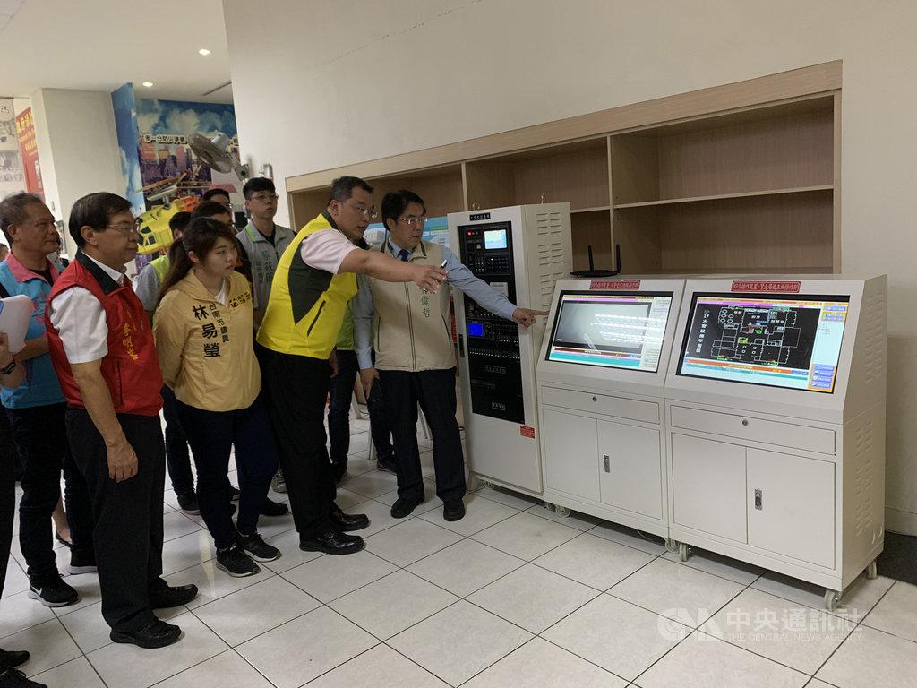 台南市長黃偉哲(前右1)15日宣布在台南8家KTV試辦數位消防通報系統,以提升KTV的消防安全。(台南市消防局提供)中央社記者張榮祥台南傳真 109年7月15日