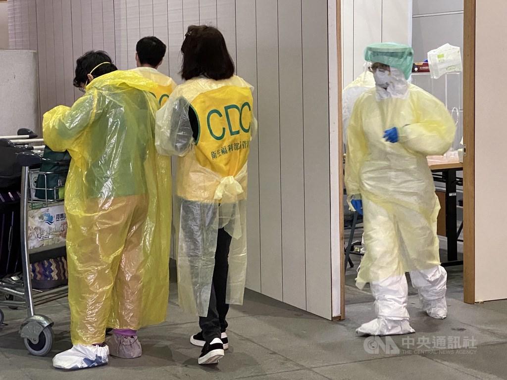 疫情指揮中心15日表示,有接獲要在國外取得3天前檢驗證明有困難的陳情,若有些國家無法取得證明,已研議考慮入境採檢。圖為桃園機場航廈外採檢站。(中央社檔案照片)