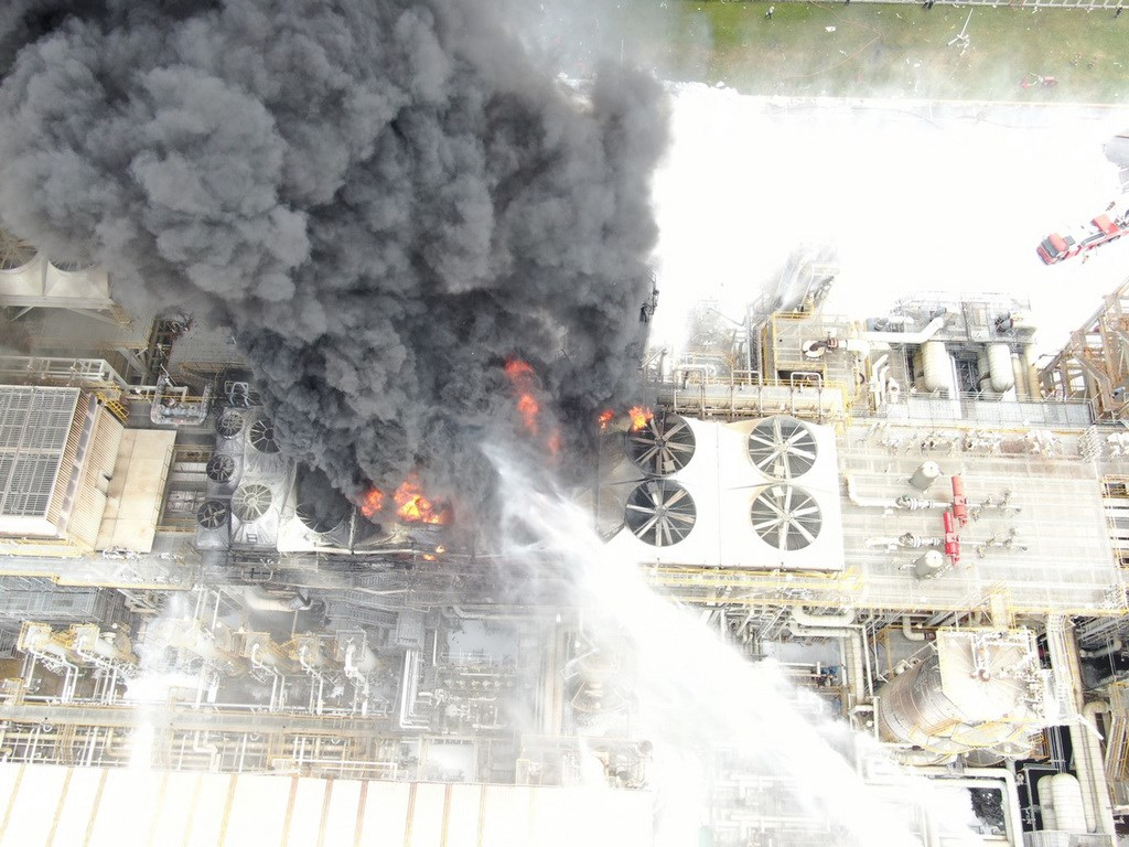 雲林麥寮六輕工業區塑化公司煉製二廠15日上午發生爆炸意外,廠區起火冒出濃煙,消防局獲報前往救援。從空拍畫面可見火勢十分猛烈。(消防隊提供)中央社記者蔡智明傳真 109年7月15日