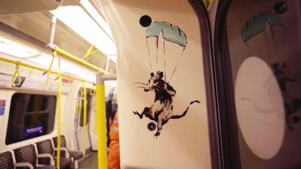 英國知名塗鴉藝術家班克西又有受疫情啟發的新作品,這次是在倫敦地鐵環線車廂內,以版畫方式創作多隻老鼠。(圖取自班克西IG網頁instagram.com/banksy)