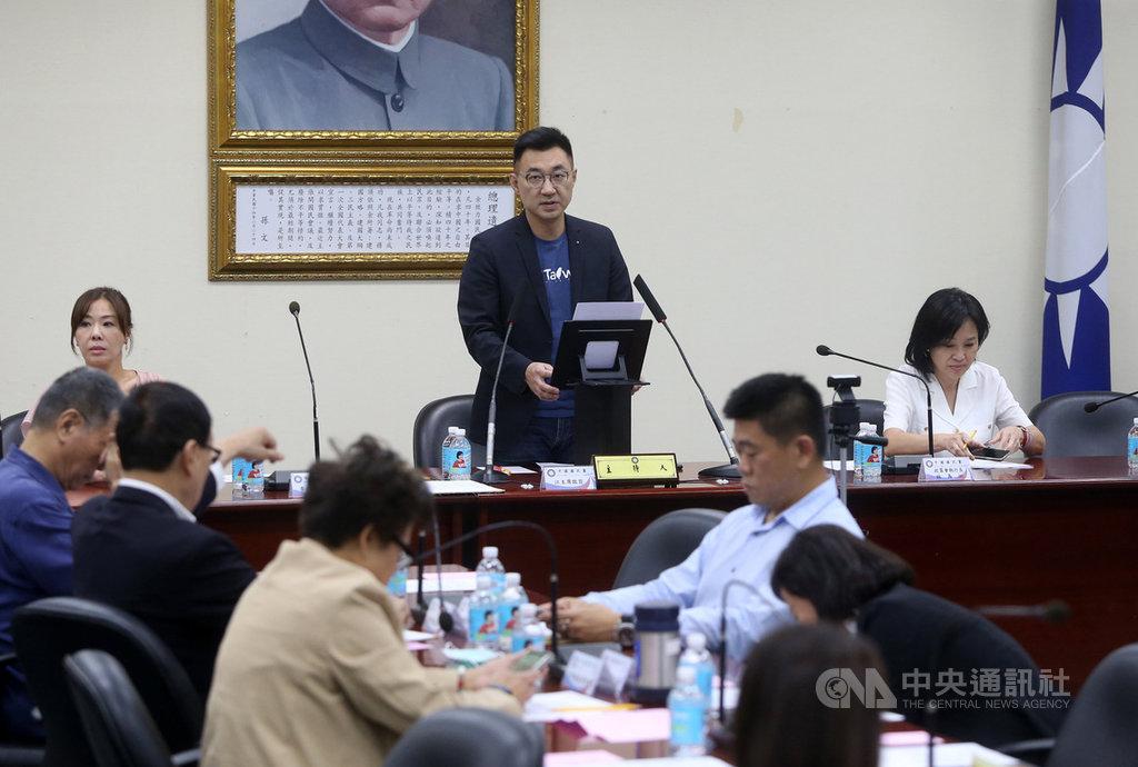 中國國民黨15日在中央黨部舉行中常會,主席江啟臣(後中)主持會議並致詞。中央社記者鄭傑文攝 109年7月15日
