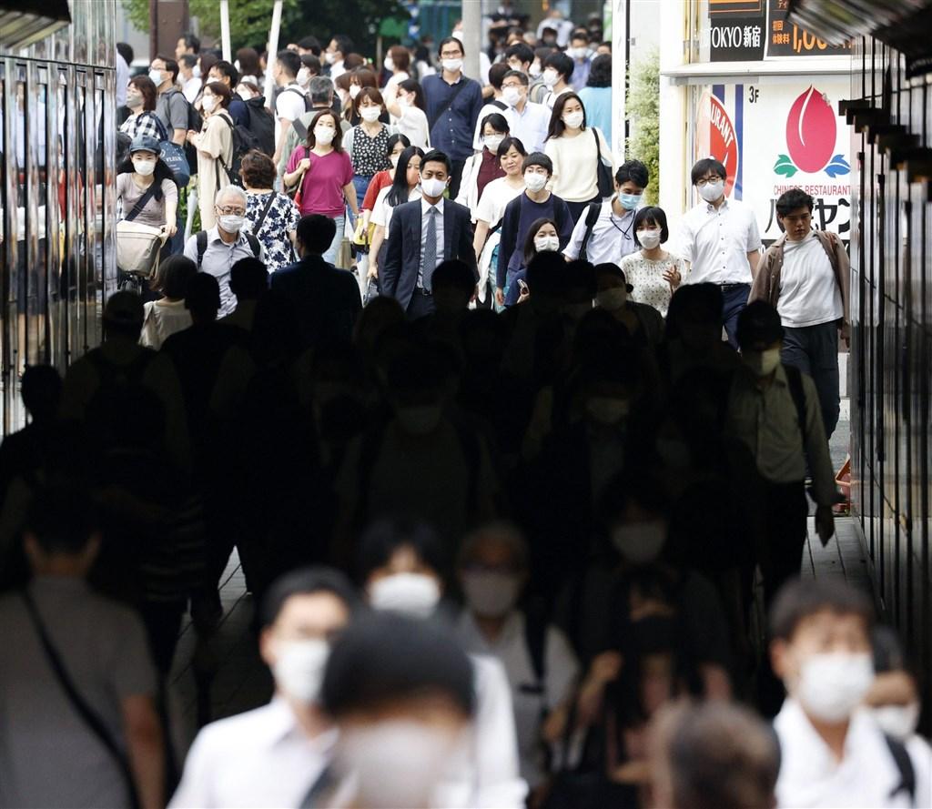 日本東京都疫情持續升溫,15日單日新增確診病例165例,已連續7天逾百例。(共同社提供)