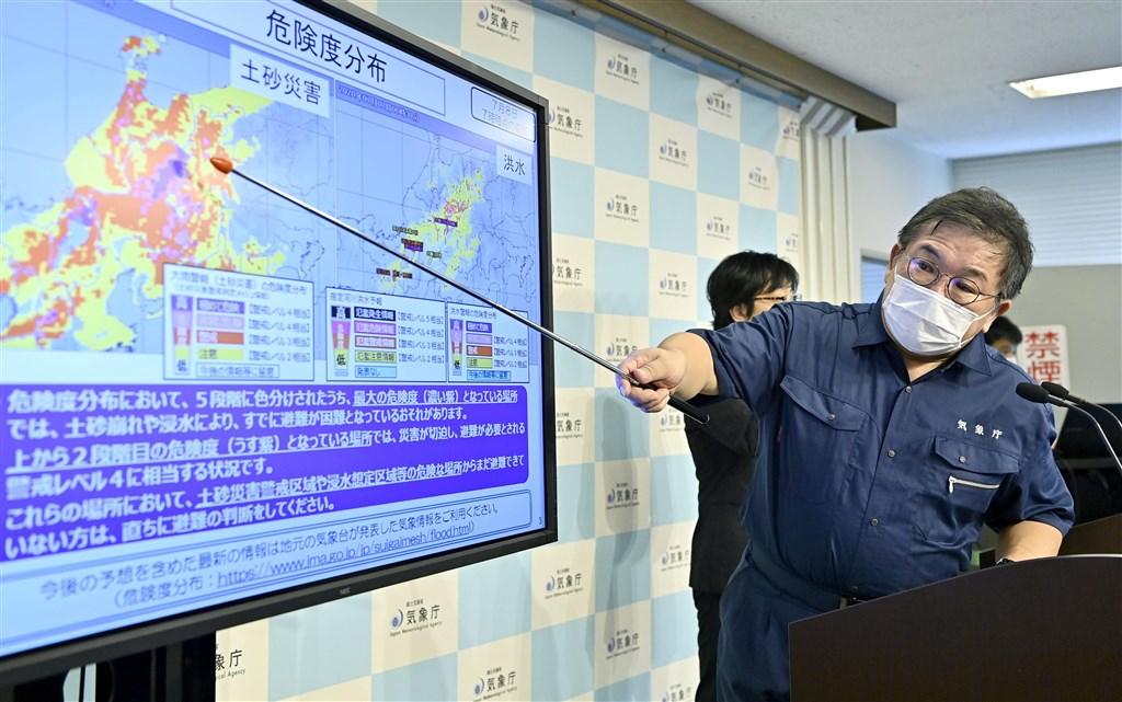 日本氣象廳決定從9月開始在官網放置民間廣告,可能跟氣象廳財政困難有關。日本政府的省廳單位在官網放置收費廣告並不常見。圖為8日氣象廳舉行記者會說明暴雨。(共同社提供)