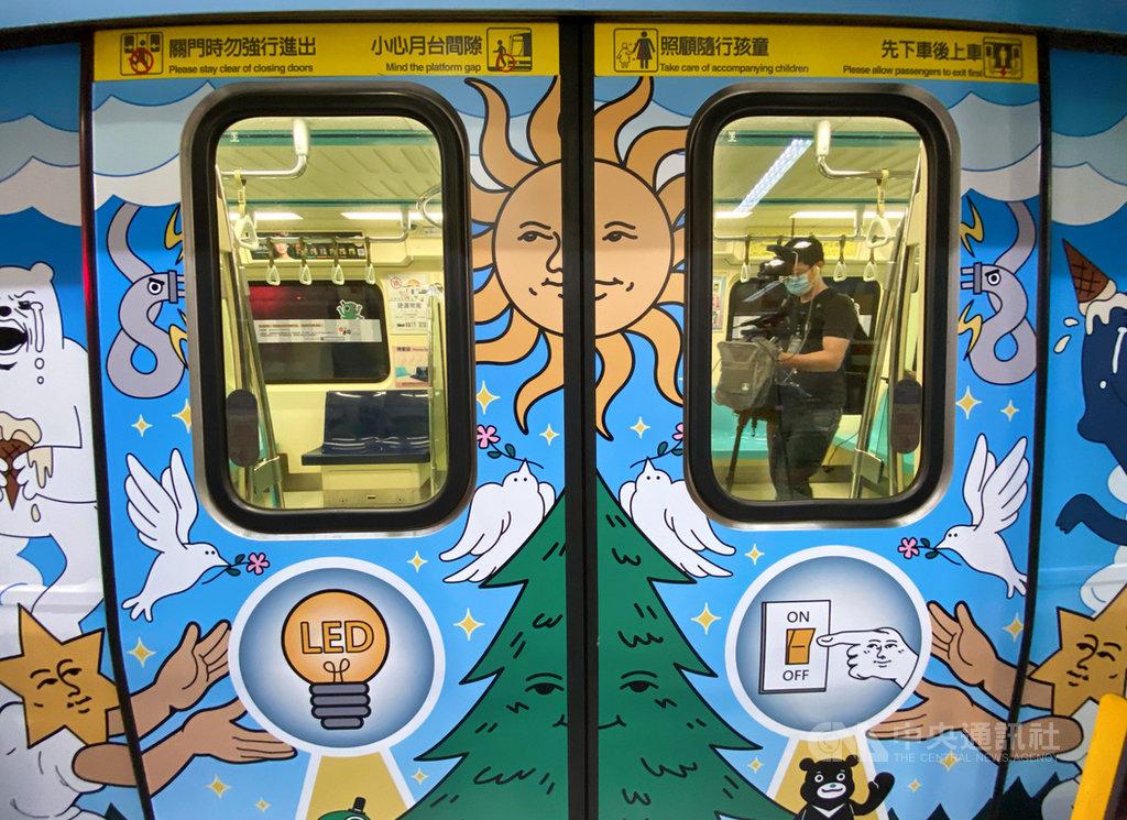 台北市觀傳局長劉奕霆16日表示,為鼓勵民眾節電,即起推出捷運彩繪列車,車廂內有節電妙招與小撇步分享,民眾搭乘時還能進行互動小遊戲,可輕鬆了解節電知識。中央社記者謝佳璋攝 109年7月16日
