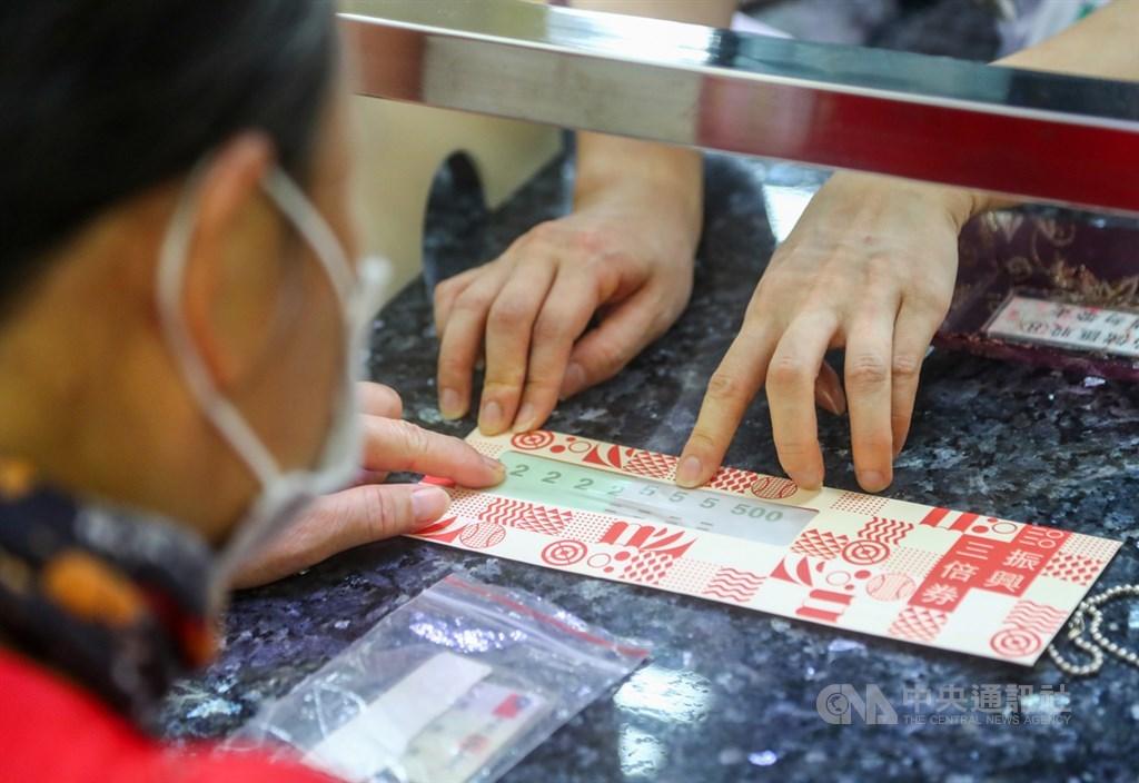 振興三倍券15日上路,可用紙本三倍券繳學雜費,也可用來付國中小的代收代辦費,但不找零。 中央社記者王騰毅攝 109年7月16日