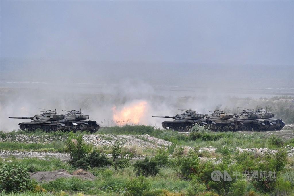 漢光演習「三軍聯合反登陸作戰」操演16日上午在台中甲南海灘舉行,圖為M60A3戰車火砲射擊。中央社記者王飛華攝 109年7月16日