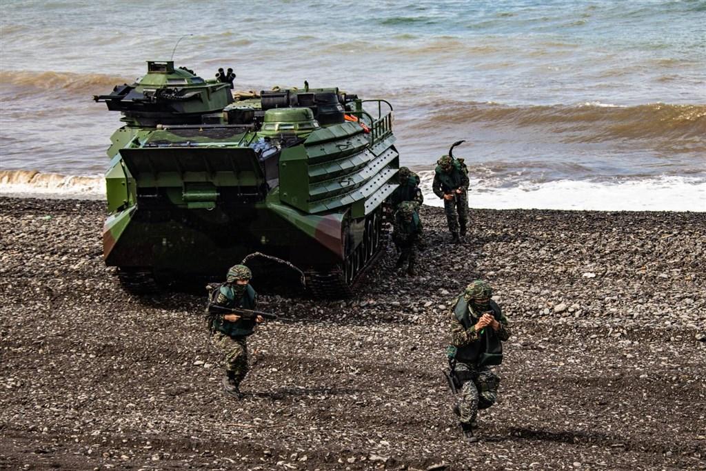 海軍陸戰隊16日在屏東加祿堂海岸以AAV7兩棲突擊車搶灘,官兵於操演中展現高昂戰鬥意志,完成漢光36號演習任務。(軍聞社提供)