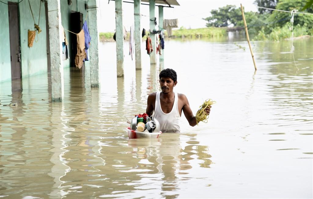 武漢肺炎肆虐印度,將近百萬人確診,但尚未度過疫情危機就又遇上洪水。(安納杜魯新聞社提供)