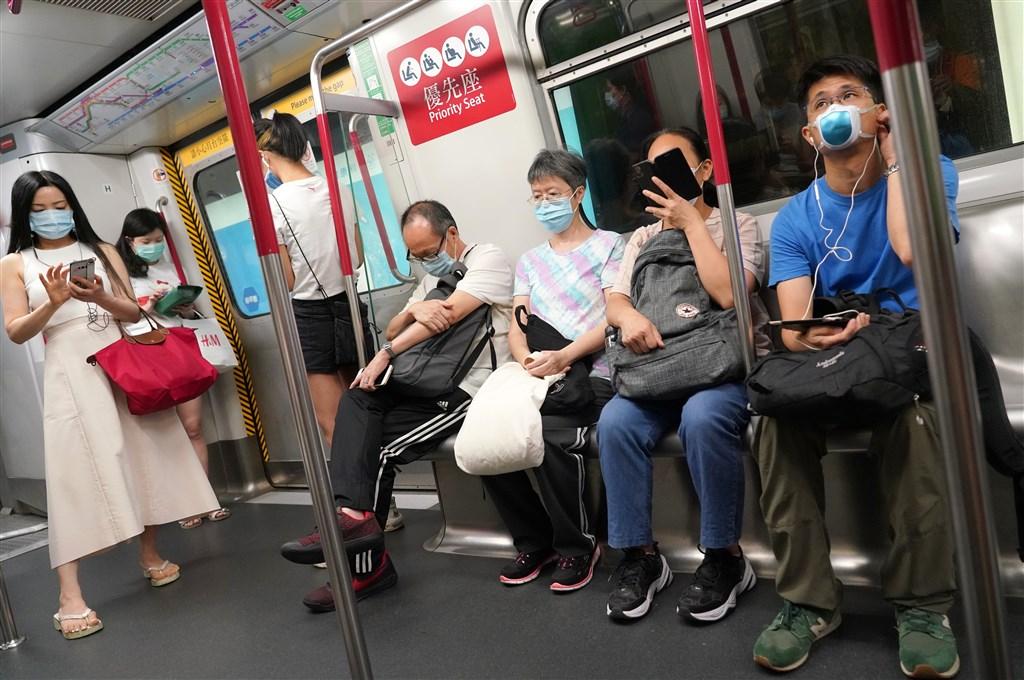香港武漢肺炎16日新增67例,其中63例為本土感染,其餘4宗為境外移入。圖為民眾搭地鐵戴口罩防疫。(中新社提供)