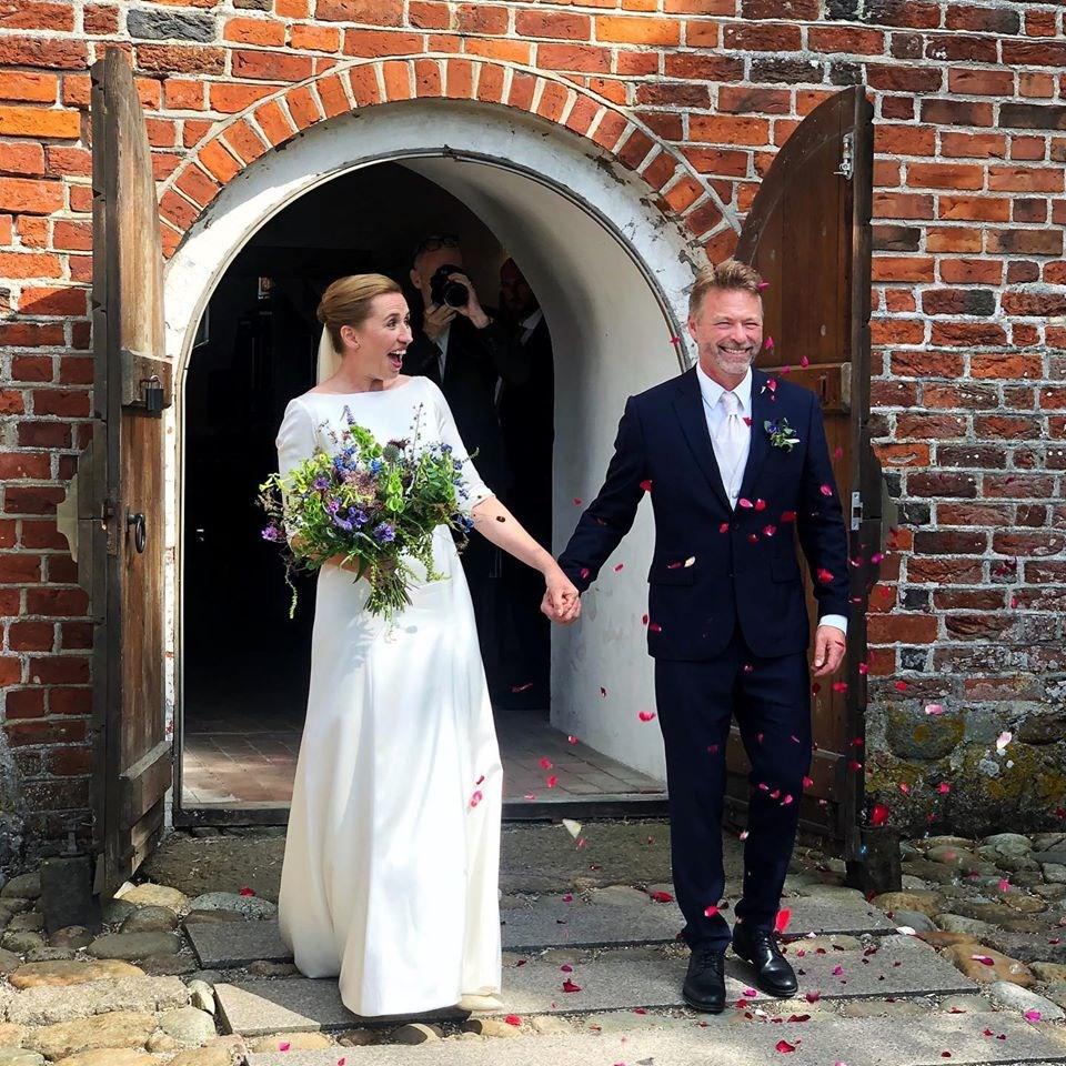 42歲的丹麥總理佛瑞德里克森(左)15日在丹麥東南部莫恩島具中世紀風情的瑪格比教堂,與55歲的電影工作者兼攝影師騰伯格(右)結為連理。(圖取自facebook.com/mettefrederiksen.dk)