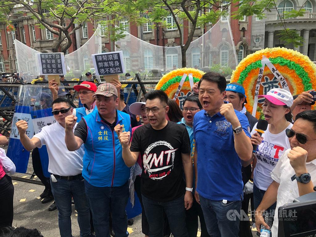 國民黨主席江啟臣率群眾轉往監察院外抗議。中央社記者王承中攝 109年7月17日
