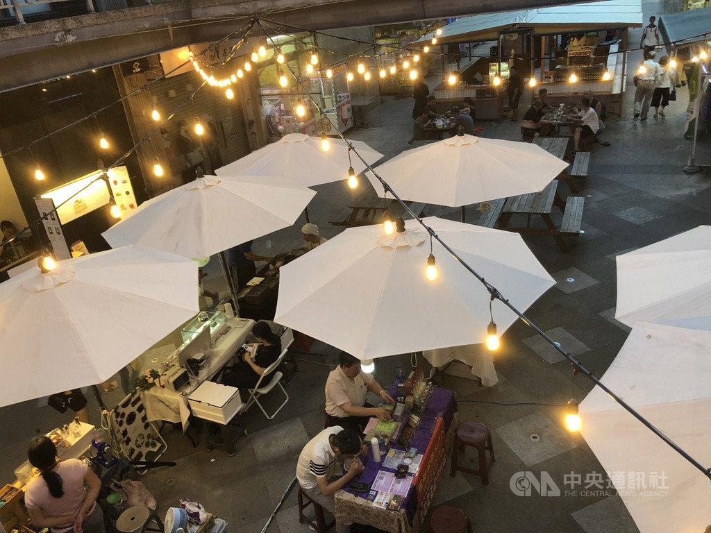 結合傳統夜市與文創市集的新型態夜市「富地市場」,18日起將在台中市一中商圈正式開幕,讓民眾從午後到夜晚都能享受逛市集的樂趣。中央社記者郝雪卿攝 109年7月17日
