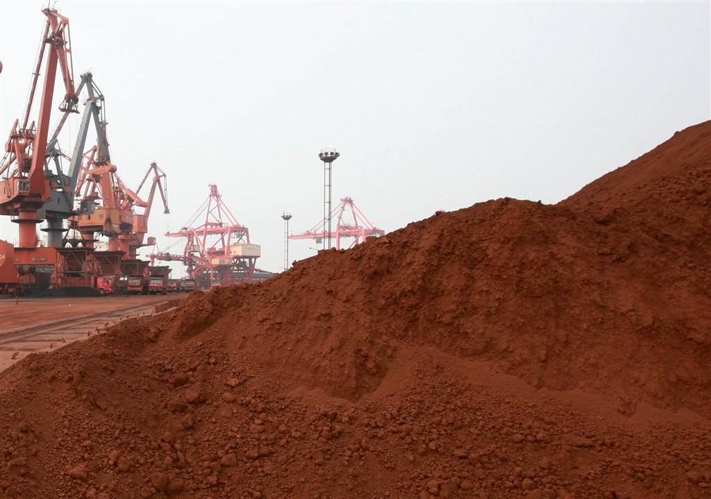 中國自然資源部與工信部日前下發通知,2020年繼續控制稀土礦和鎢礦開採總量。圖為江蘇連雲港碼頭待出口的稀土。(檔案照片/中新社提供)