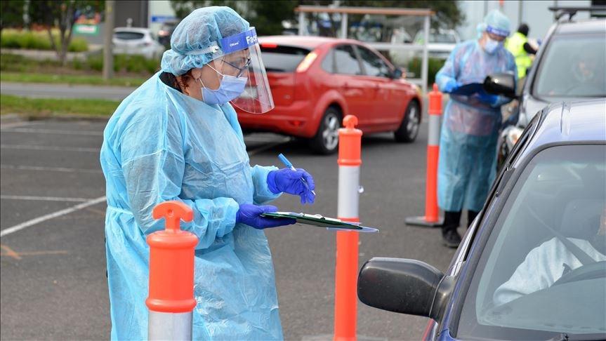 深受武漢肺炎疫情重創的澳洲維多利亞州17日通報新增428起病例,創下單日新高紀錄,當局打算增加病毒篩檢次數。圖為墨爾本安全人員10日對車輛進行檢查,以維持當地的封城措施。(安納杜魯新聞社提供)