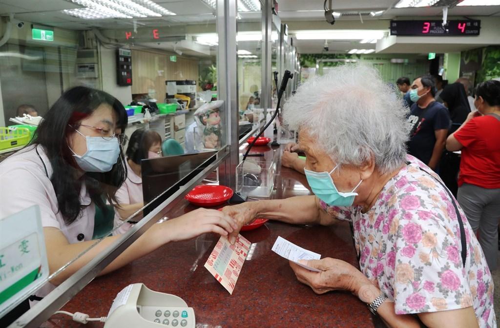 行政院下週擬提「紓困3.0」追加預算案。圖為民眾在郵局臨櫃購買三倍券。中央社記者張皓安攝 109年7月18日