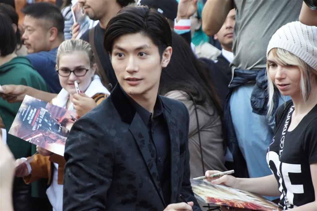 日本人氣演員三浦春馬18日驚傳在東京家中輕生,享年30歲。圖為真人版電影「進擊的巨人」2015年7月在洛杉磯舉辦全球首映會,三浦春馬為現場粉絲簽名。(中央社檔案照片)