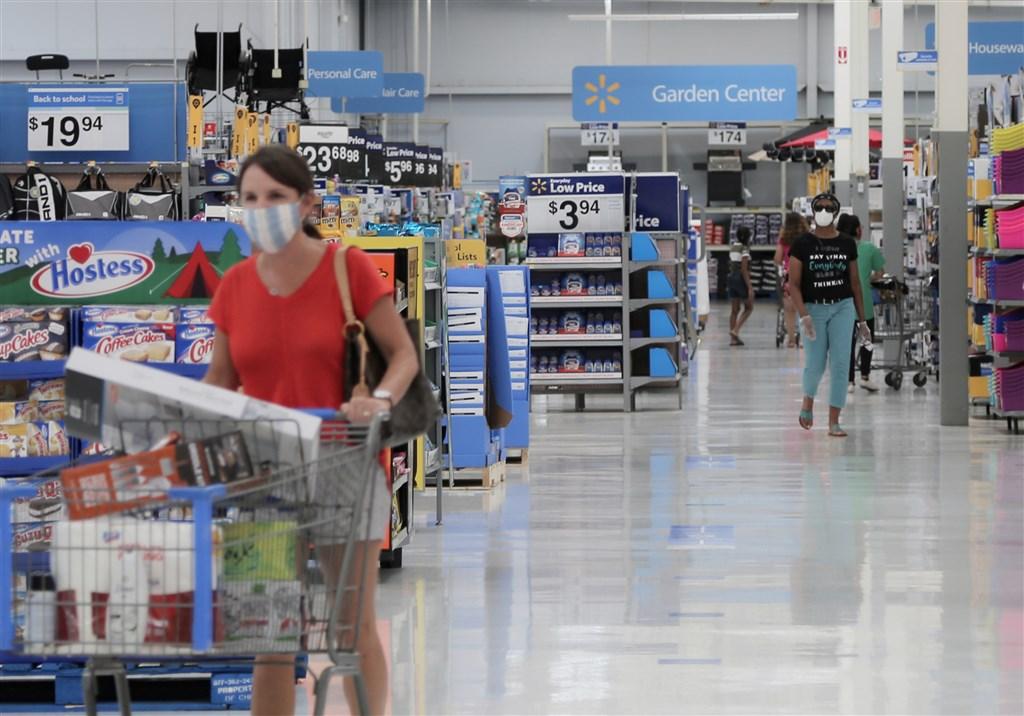 根據路透社統計,武漢肺炎確診病例17日首度100小時內增加100萬人染疫。圖為16日美國德州民眾戴口罩在超市購物。(中新社提供)
