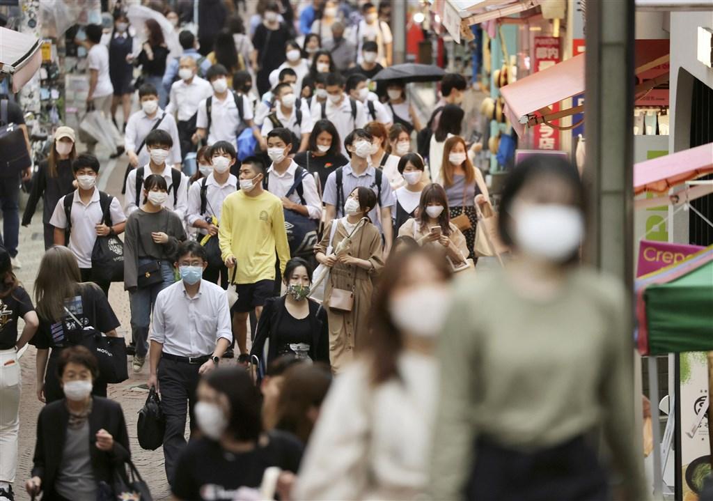 日本東京都政府表示,26日單日新增270例武漢肺炎確診病例,是繼19日以來單日病例再度逾200例。圖為東京竹下通人潮戴口罩防疫。(共同社提供)