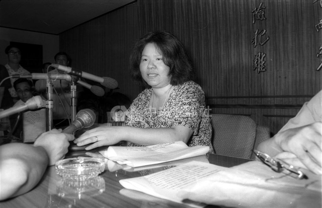 剛卸任總統府秘書長的陳菊,名字頻繁出現在故總統蔣經國的日記中。圖為1978年7月6日陳菊遭警總約談。(中央社檔案照片)