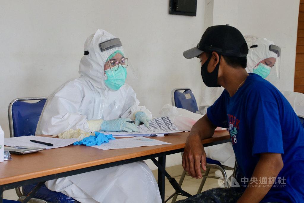 世界衛生組織(WHO)表示,印尼2019冠狀病毒疾病(COVID-19)疑似患者死亡人數比確診患者高出許多,建議印尼應優先篩檢疑似患者。圖為6月3日雅加達北區一座市場旁的快篩站。中央社記者石秀娟雅加達攝 109年7月19日