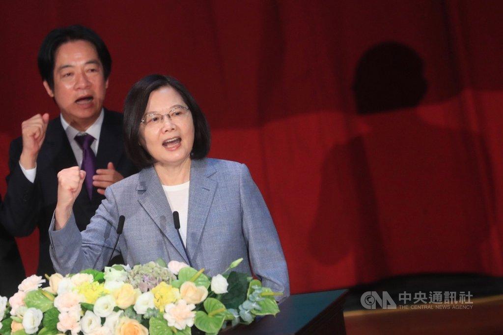 民進黨第19屆第一次全國黨員代表大會19日在台北舉行,黨主席蔡英文(右)重申兩個民進黨基本價值,一是清廉勤政愛鄉土,請廉政委員會制定出更符合人民期待的廉政規章;二是民進黨要扮演倡議角色,引領社會往前進的價值走,為台灣未來的20年、30年訂定願景。左為副總統賴清德。中央社記者吳家昇攝 109年7月19日