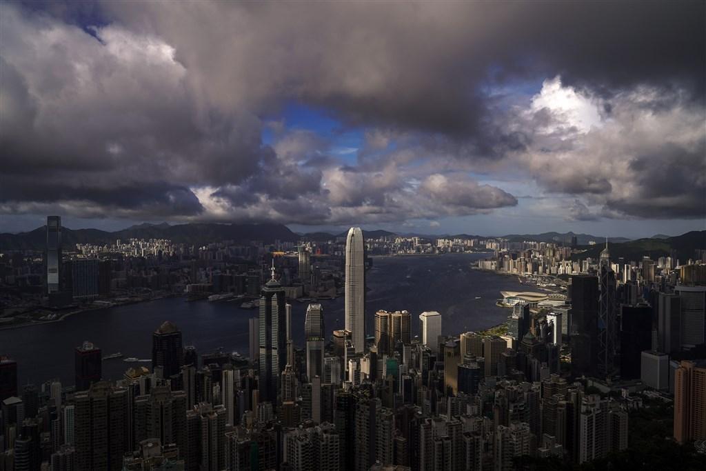 天主教香港教區轄下的香港天主教正義和平委員會(正委)近期登報眾籌(募款),為實施國安法後的香港祈禱,但29日突然喊停。圖為香港維多利亞港檔案照片。(中新社)