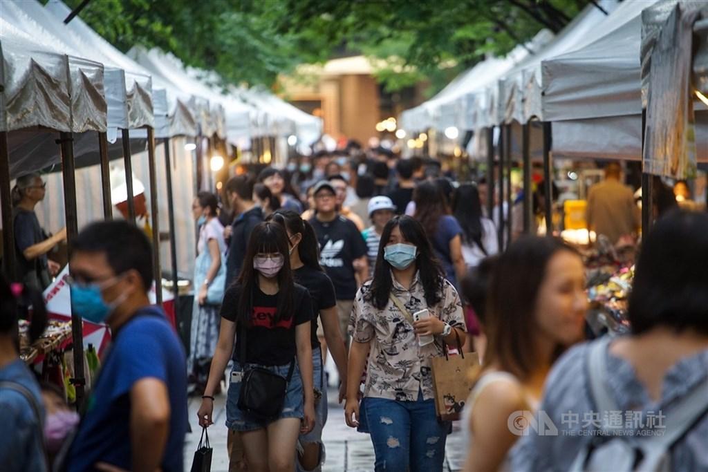彭博評比75個新興和前沿經濟體對抗武漢肺炎疫情的表現,台灣整體表現居冠。圖為民眾逛攤位同時不忘戴上口罩防疫。(中央社檔案照片)