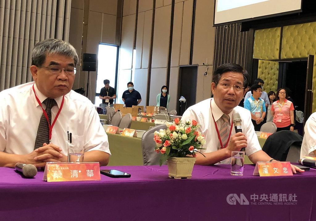 教育部長潘文忠(前右)21日到台南出席109年度全國教育局處長會議,會後受訪表示,「2030雙語國家計畫」目標清楚,重視加強聽說、生活應用部分,會跟過往的雙語教育有很大不同。中央社記者陳至中台南攝 109年7月21日