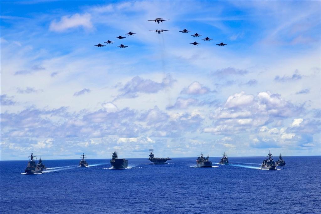 南海緊張局勢升溫之際,日本海上自衛隊、澳洲國防軍和美國雷根號航空母艦戰鬥群19日起在菲律賓海進行聯合演習,美日澳聯合軍演劍指中國意味濃厚。(圖取自twitter.com/DeptDefence)