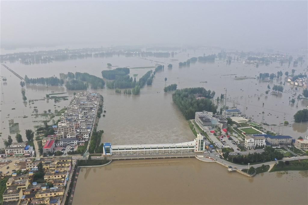 位於長江與黃河間的淮河20日發布洪水紅色警戒,淮河汛情指標王家壩開閘洩洪,是13年來首次。(中新社)