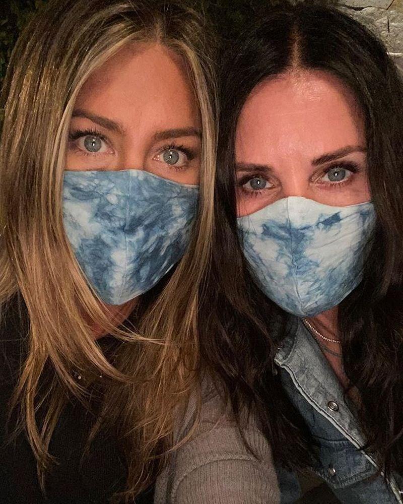 經典影集「六人行」女主角、美國影星珍妮佛安妮斯頓(左)在Instagram貼出男性友人插管照片揭示染疫慘狀,呼籲粉絲「戴上該死的口罩」。右為「六人行」演員寇特妮考克斯。(圖取自instagram.com/jenniferaniston)