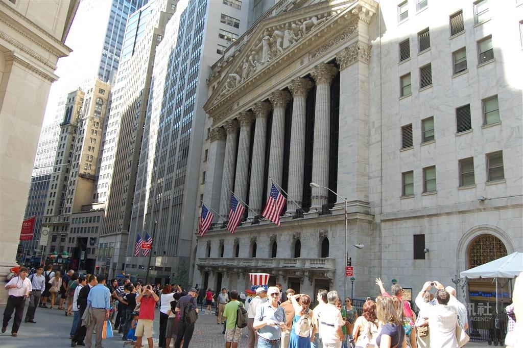 市場期待美國新一輪疫情振興方案,美股道瓊指數收漲159.53點。圖為紐約證交所。(中央社檔案照片)