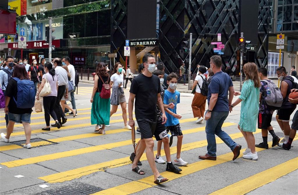 中央流行疫情指揮中心22日宣布,即日起香港、澳洲自中低感染風險國家移除。圖為9日香港尖沙咀街頭。(中新社)
