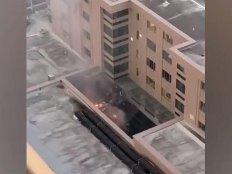 中國駐休士頓總領事館21日晚間傳出火警,領事館人員疑似在庭院將大量文件放進垃圾桶焚燒。(圖取自twitter.com/KPRC2Tulsi)