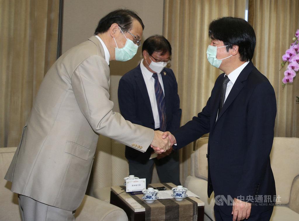副總統賴清德(右)23日在總統府接見日本台灣交流協會台北事務所代表泉裕泰(左),兩人握手致意。中央社記者鄭傑文攝 109年7月23日