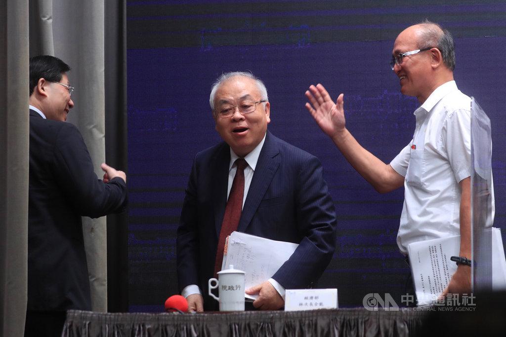 行政院會後記者會23日在新聞中心舉行,主計總處主計長朱澤民(中)、經濟部次長林全能(左)、教育部次長林騰蛟(右)等人出席與會。中央社記者吳家昇攝 109年7月23日