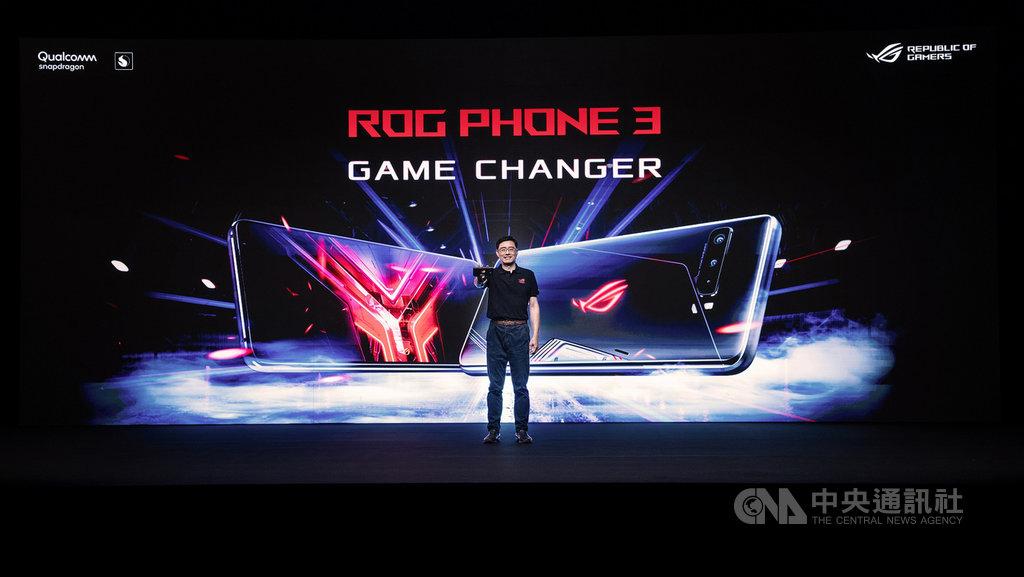 電腦品牌廠華碩共同執行長許先越22日晚間發表第3代電競手機ROG Phone 3及全系列周邊,23日起在台灣開放預購。(華碩提供)中央社記者吳家豪傳真  109年7月23日