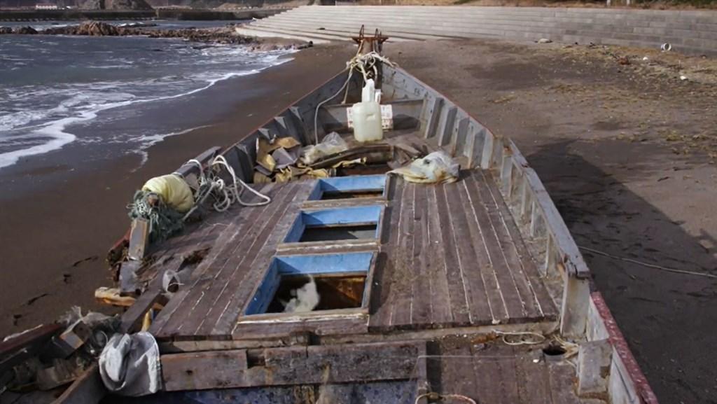 日本海岸近年不時出現「幽靈船」,從船身字樣等證據看來,這些都是來自北韓的漁船。圖為被沖上日本海岸的北韓漁船。(非法海洋計畫提供)
