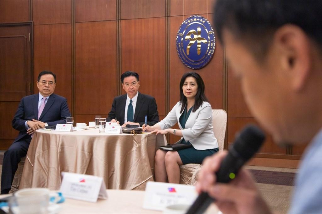 外交部長吳釗燮(中)22日與駐台外媒記者舉行定期會晤,就香港局勢、台美關係等議題交換意見,共計約30家外媒、40多名記者出席,其中包括華盛頓郵報駐台記者。(圖取自twitter.com/MOFA_Taiwan)
