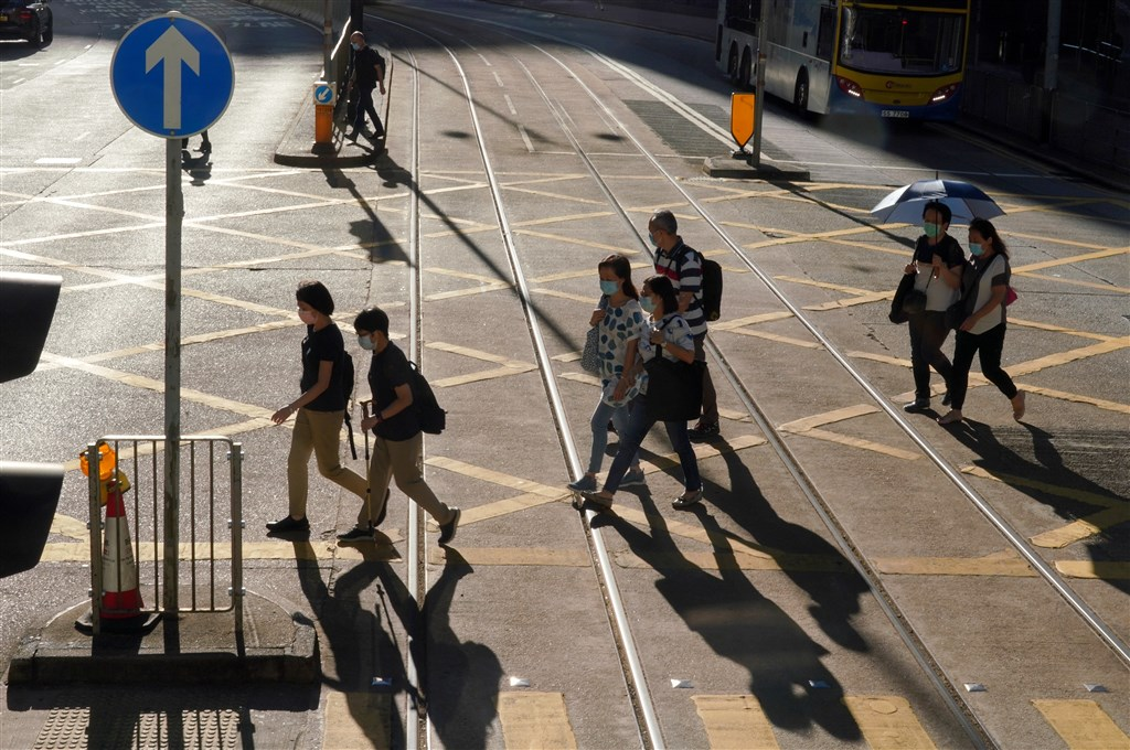 香港24日新增123宗確診個案,當中的8宗輸入個案中,4人是船上人員,分別來自菲律賓和印度。圖為香港市民戴口罩上街。(中新社)