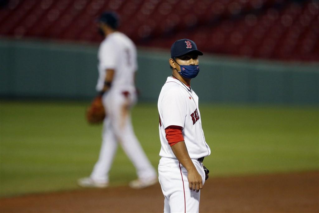 波士頓紅襪隊主場開幕戰,與巴爾的摩金鶯隊交手,林子偉(前)板凳出發,7局戴著口罩代打上場、本季首打席首安出爐。(美聯社)
