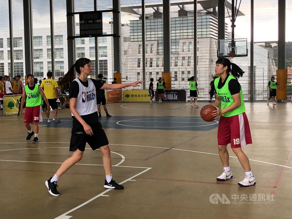 UBA文化大學女籃主力戴宜庭(右)將在國泰女籃展開女子超級籃球聯賽(WSBL)生涯,她26日表示,期許自己未來能提升單打技巧、外線穩定性,盼在WSBL能占有一席之地。中央社記者黃巧雯攝 109年7月26日