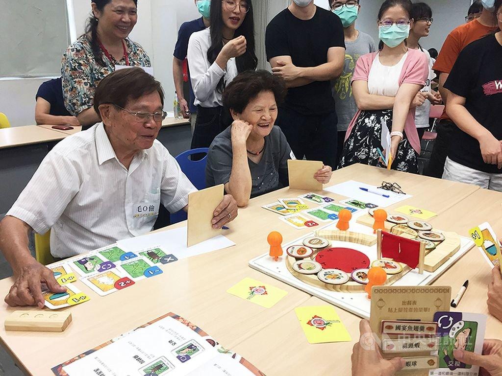 台北科技大學和台灣大學共同合作跨校跨域課程,以「樂齡健腦桌遊」為主題,帶領學生提案、製作草模,並邀請長者實測試玩。(北科大提供)中央社記者許秩維傳真 109年7月27日
