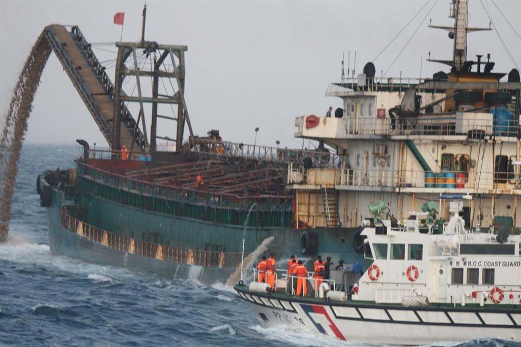 海巡署自108年10月至今,已在澎湖海域台灣灘查扣3艘非法中國籍船舶。海巡署艦隊分署28日表示,針對拍賣未果的抽砂船,將移作軍方當靶船擊沉、委託拆解或做人工魚礁等方式處理。(艦隊分署提供)中央社 109年7月28日