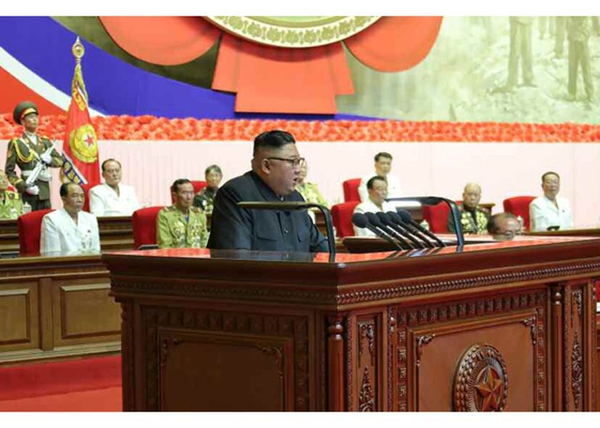 北韓官媒報導,北韓領導人金正恩(前)27日慶祝韓戰結束67週年接見老兵,並發表談話。(圖取自北韓勞動新聞網頁rodong.rep.kp)