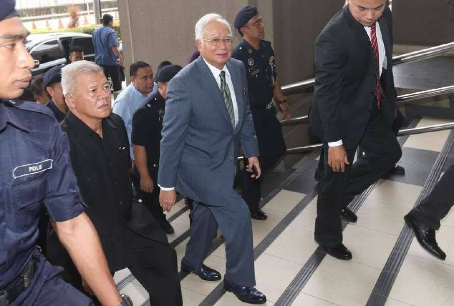 馬來西亞法院28日針對前首相納吉(前右2)被控的第一起洗錢案宣布判決,7項貪污濫權和洗錢罪名成立,成為馬來西亞首個在法庭被判罪的首相。(圖取自facebook.com/najibrazak)