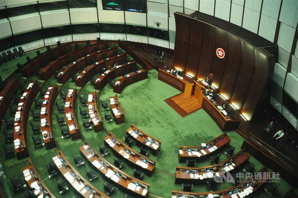 中國全國人大常委會議傾向讓本屆香港立法會全體議員、包括先前被港府取消下屆立法會參選資格的4名民主派議員,都延任1年。(中央社檔案照片)