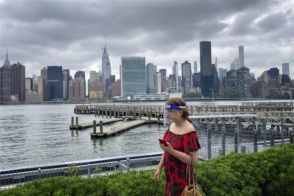 武漢肺炎疫情肆虐南北半球,世衛發言人哈里斯28日說,這種新型冠狀病毒看起來不受季節週期影響,人們誤用流感角度看待疫情,因流感具季節性。圖為24日美國民眾戴防疫面罩在紐約皇后區東河河濱散步。(中新社)