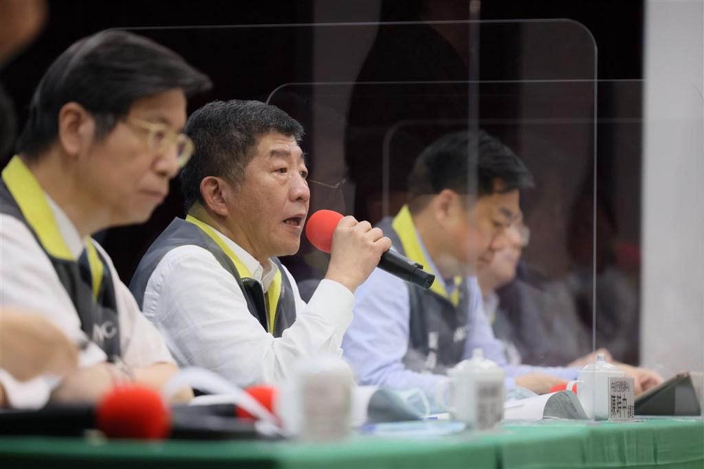 中央流行疫情指揮中心指揮官陳時中(左2)29日說,台灣防疫政策強調檢疫14天,不但增加採檢準確度,也降低疾病在社區傳播風險。(中央流行疫情指揮中心提供)